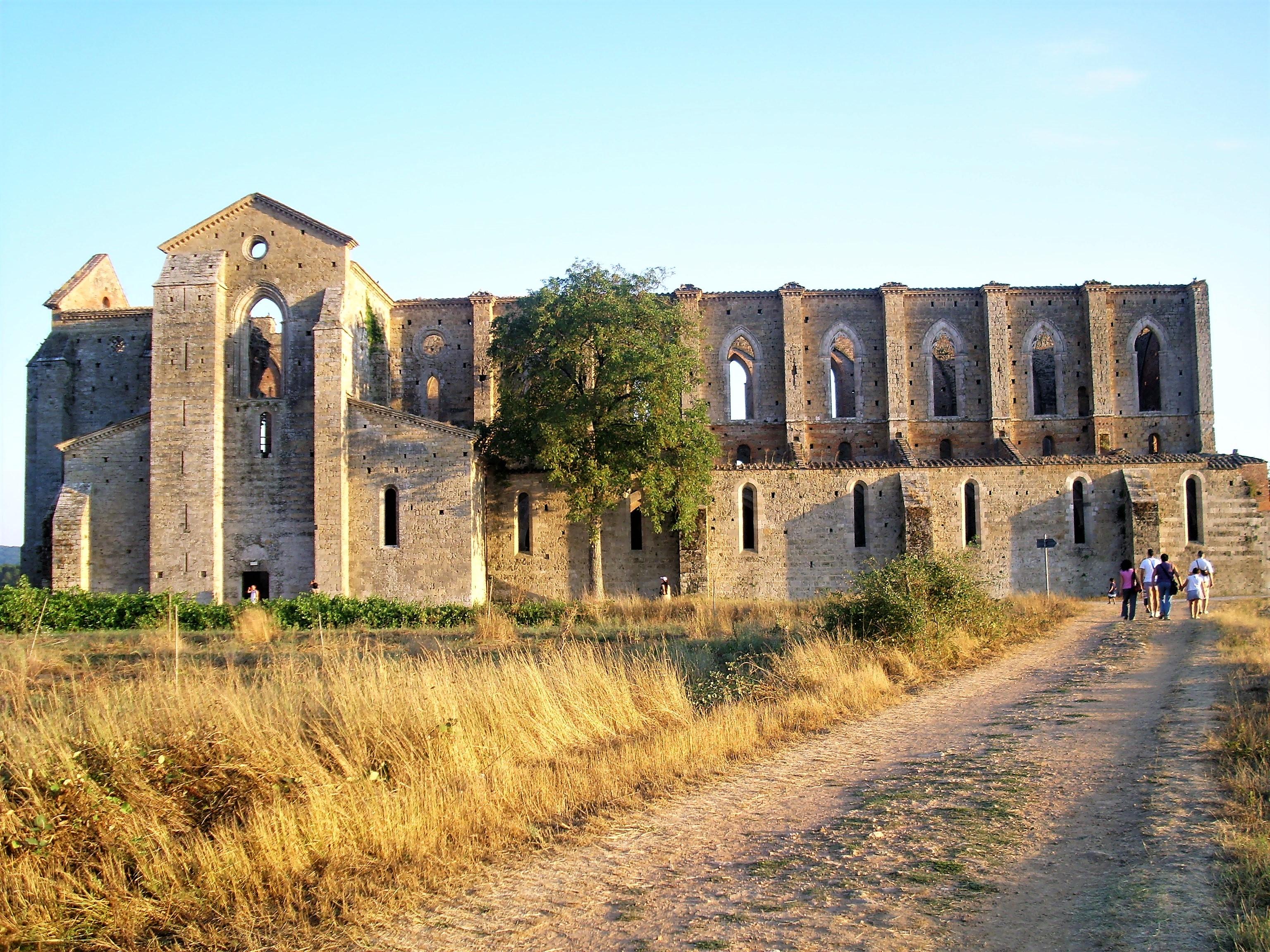 ABBAZIA DI SAN GALGANO, TRA SUGGESTIONE E LEGGENDA